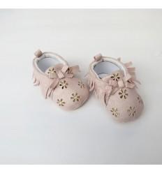 Zapato rosado con flores doradas